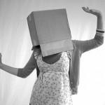 Identité inconnue d'une femme avec un carton sur la tête