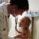 Docteur qui examine un enfant avec un stéthoscope